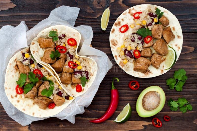 Μεξικάνικα tacos με quinoa τη σαλάτα, το κρέας, τα μαύρα φασόλια και το καλαμπόκι στον αγροτικό ξύλινο πίνακα Συνταγή για το κόμμ στοκ εικόνες