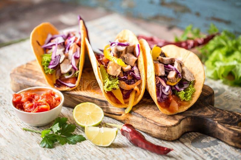 Μεξικάνικα tacos τροφίμων, τηγανισμένο κοτόπουλο, πράσινα, μάγκο, αβοκάντο, πιπέρι, salsa στοκ εικόνα