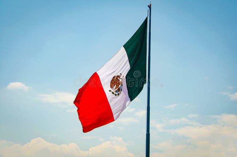 Μεξικάνικη σημαία που κυματίζει στον αέρα στο μπλε ουρανό στοκ φωτογραφίες με δικαίωμα ελεύθερης χρήσης