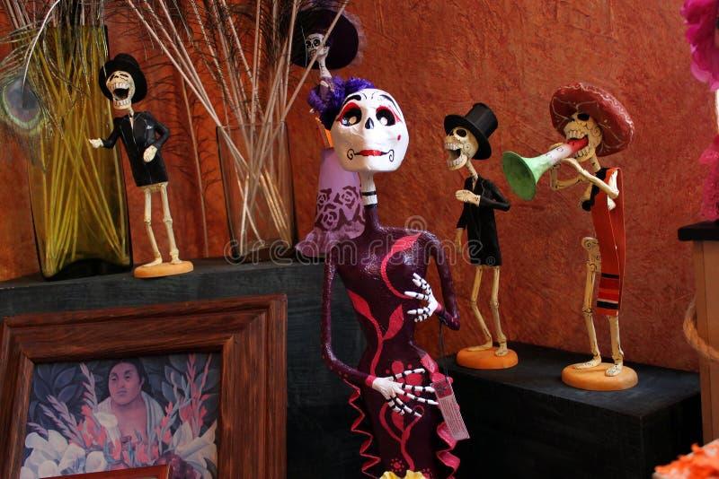 Μεξικάνικοι γυναίκα σκελετών κρανίων και μουσικοί, dias de Los muertos ημέρα του θανάτου νεκρού στοκ φωτογραφίες