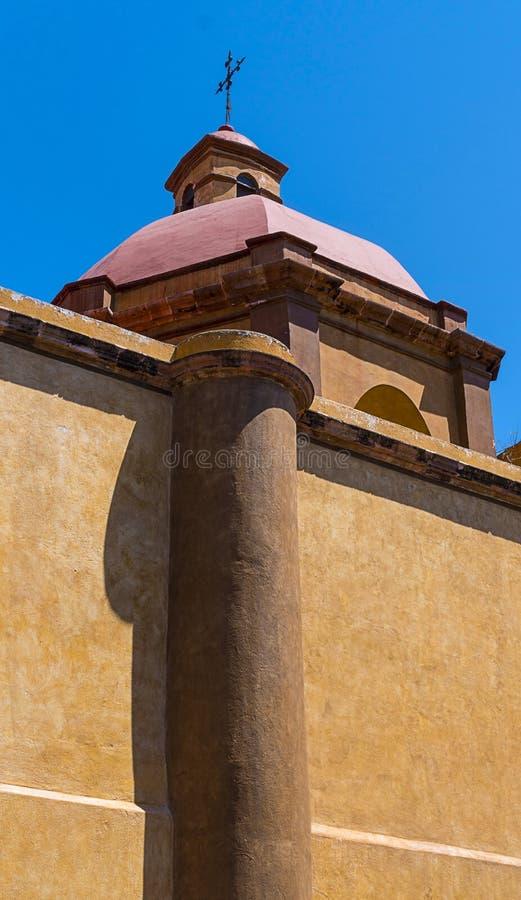 Μεξικάνικος αποικιακός θόλος με το σταυρό στην παραδοσιακή εκκλησία στοκ φωτογραφίες