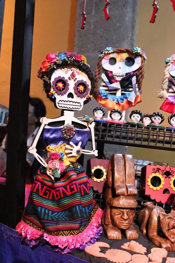 Μεξικάνικος ζωηρόχρωμος σκελετός κρανίων, dias de Los muertos ημέρα του θανάτου νεκρού στοκ φωτογραφία