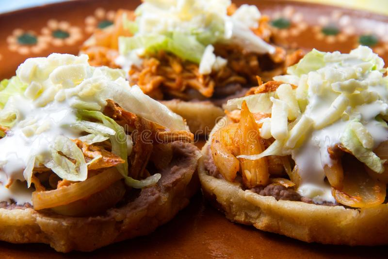 Μεξικάνικο κοτόπουλο Tinga sopes στοκ εικόνα