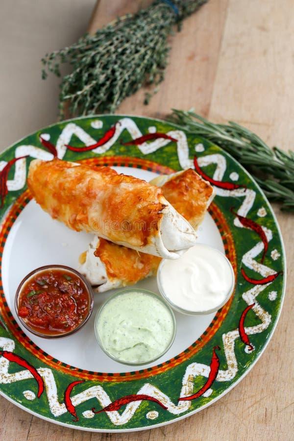 Μεξικάνικο Burrito με τα souces στοκ φωτογραφίες με δικαίωμα ελεύθερης χρήσης