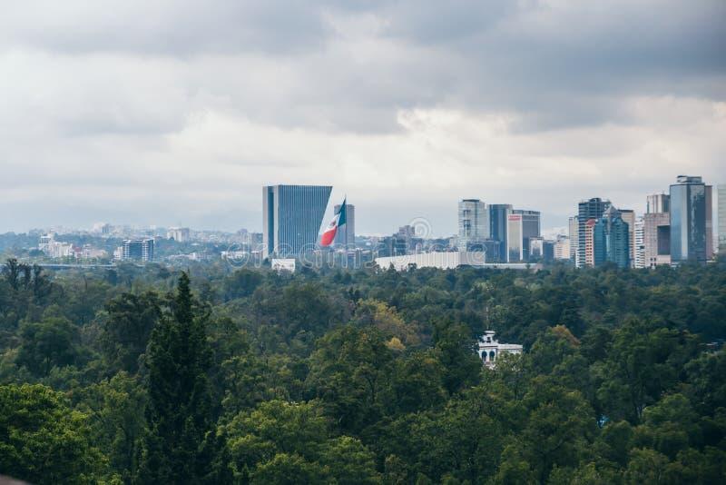 ΜΕΞΙΚΟ - 29 ΣΕΠΤΕΜΒΡΊΟΥ: Μεγάλη μεξικάνικη σημαία που βλέπει από το Chapultepec Castle, στις 29 Σεπτεμβρίου 2017 στην Πόλη του Με στοκ εικόνα