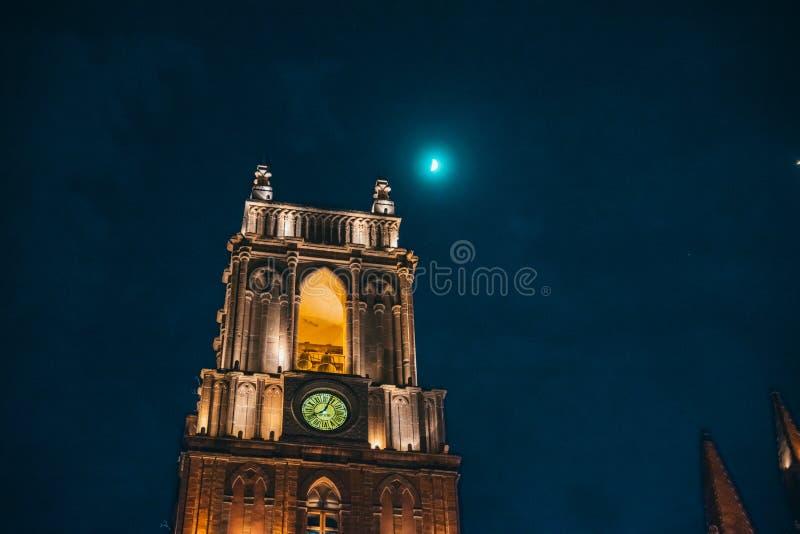 ΜΕΞΙΚΟ - 27 ΣΕΠΤΕΜΒΡΊΟΥ: Ο πύργος πόλης ρολογιών φώτισε τη νύχτα το πνεύμα στοκ εικόνες