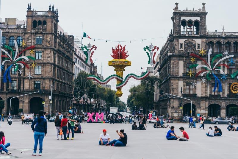 ΜΕΞΙΚΟ - 20 ΣΕΠΤΕΜΒΡΊΟΥ: Τα κυβερνητικά κτήρια στο Zocalo Plaza διακόσμησαν με τις διακοσμήσεις για να γιορτάσουν τη ημέρα της αν στοκ εικόνα με δικαίωμα ελεύθερης χρήσης