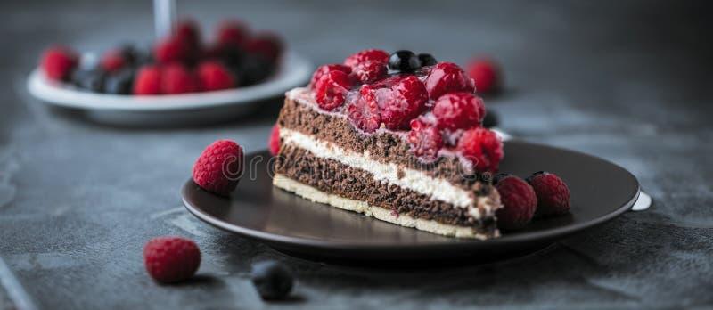 Μερίδα του βαλμένου σε στρώσεις κρεμώδους κέικ φρούτων κατά τη στενή επάνω άποψη στοκ φωτογραφία