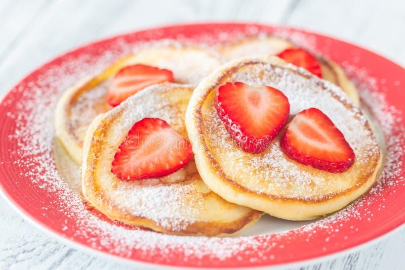 Μερίδα fritters ricotta με τις φρέσκες φράουλες στοκ εικόνα