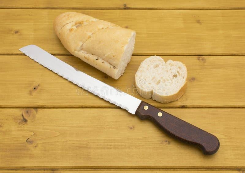 Μερίδα του baguette με μια φέτα που κόβεται στοκ εικόνες
