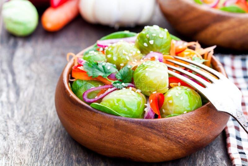 Μερίδα των Βρυξελλών - νεαροί βλαστοί με το καρότο και κρεμμύδια στην ξύλινη ετικέττα στοκ εικόνες
