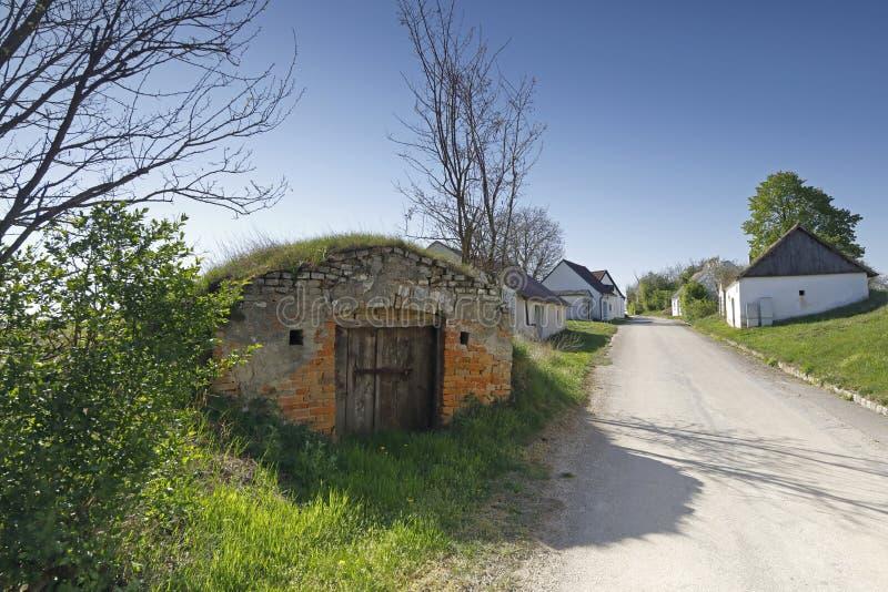 Μερικά παλαιά κελάρια κρασιού, κάλεσαν Kellergasse, στη χαμηλότερη Αυστρία στοκ εικόνες