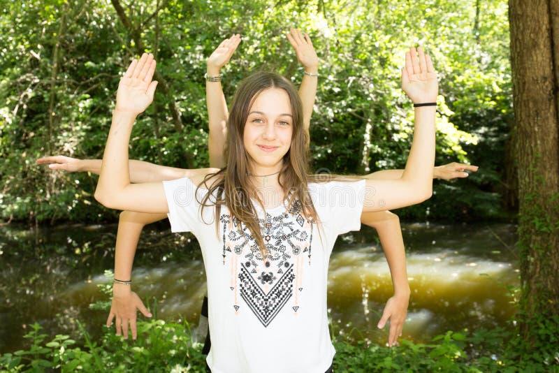 Μερικά πολλά κορίτσια που παίζουν το καλοκαίρι στο πάρκο που έχει τη διασκέδαση που κάνει τη γιόγκα από το shiva πολλών χεριών στοκ φωτογραφία με δικαίωμα ελεύθερης χρήσης