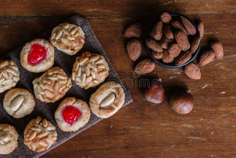 Μερικά τυπικά καταλανικά panellets με αμύγδαλα και chesnuts, τυπική έρημο στην Καταλονία την Ημέρα του Αγίου Βασίλη στοκ εικόνες