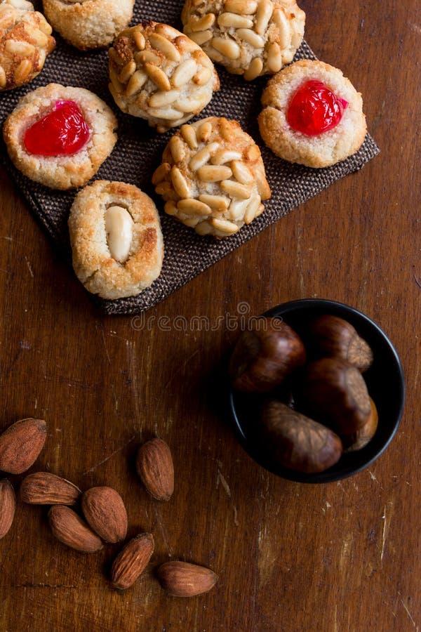 Μερικά τυπικά καταλανικά panellets με αμύγδαλα και chesnuts Dia de Tots Sants, Καταλωνία στοκ φωτογραφία με δικαίωμα ελεύθερης χρήσης