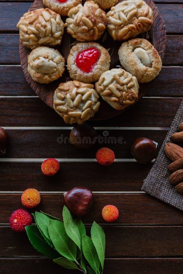 Μερικά τυπικά καταλανικά panellets με αμύγδαλα και chesnuts Dia de Tots Sants, Καταλωνία στοκ φωτογραφίες