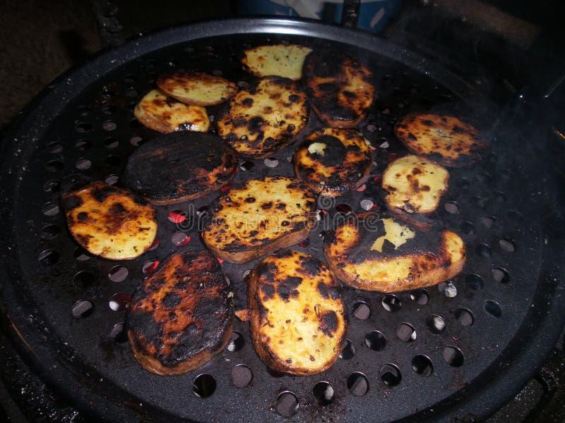 Μερικές νόστιμες ψημένες στη σχάρα πατάτες στη σχάρα στοκ εικόνες