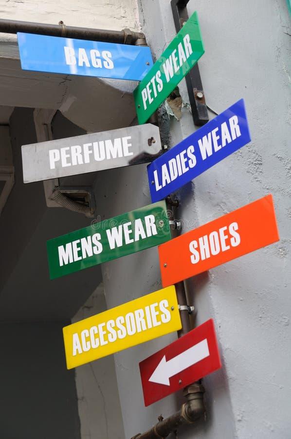 Μερικές πινακίδες που παρουσιάζουν πού να αγοραστούν μερικά στοιχεία στοκ φωτογραφίες με δικαίωμα ελεύθερης χρήσης