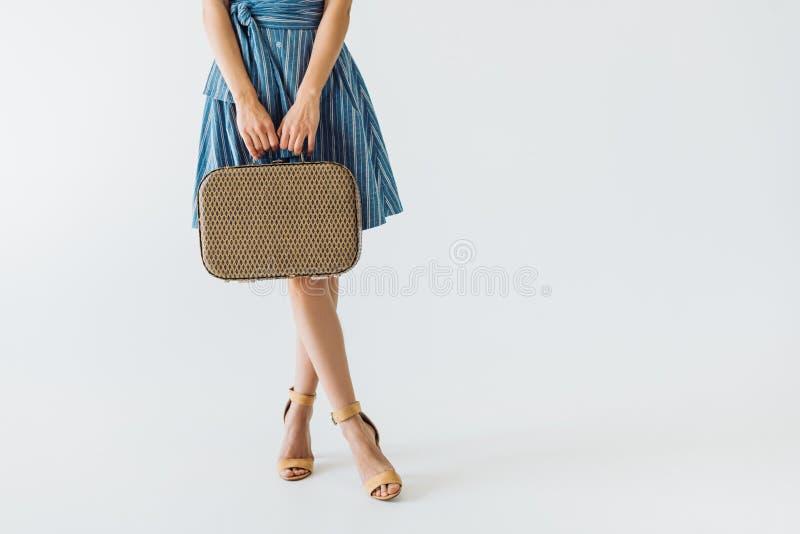μερική άποψη της γυναίκας που κρατά την αναδρομική βαλίτσα στοκ εικόνες