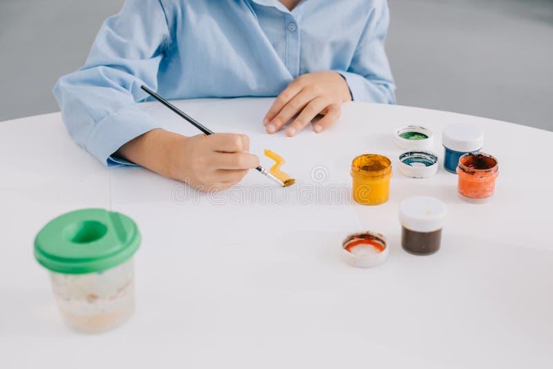 μερική άποψη της εικόνας σχεδίων παιδιών με τα χρώματα και τη βούρτσα χρωμάτων στοκ φωτογραφία με δικαίωμα ελεύθερης χρήσης