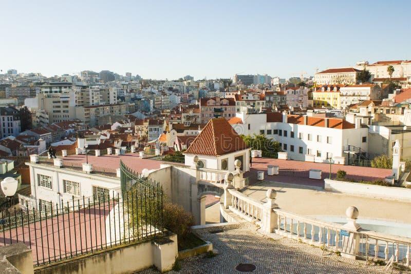 Μερική άποψη της Λισσαβώνας, Πορτογαλία, από την κορυφή του λόφου Santana στοκ εικόνα