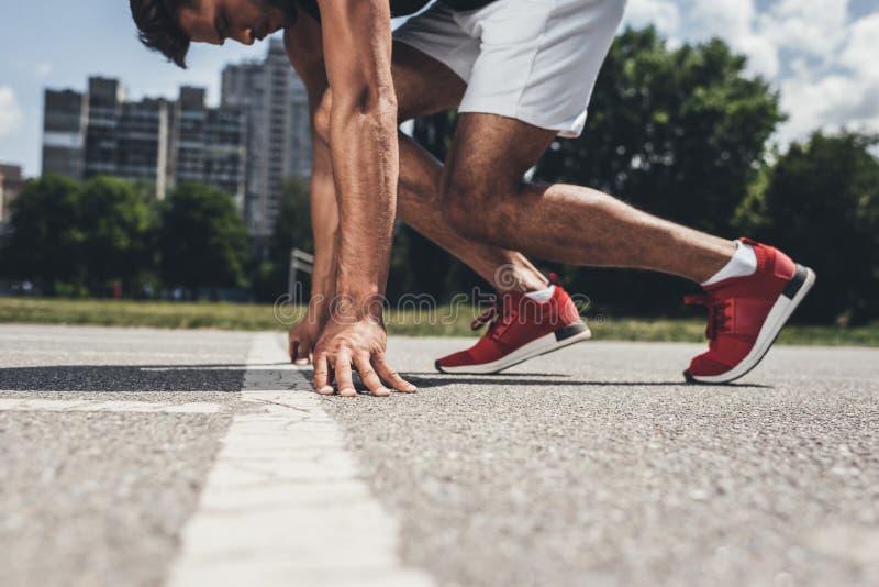 μερική άποψη του αρσενικού sprinter στην αρχική θέση στο τρέξιμο στοκ φωτογραφία με δικαίωμα ελεύθερης χρήσης
