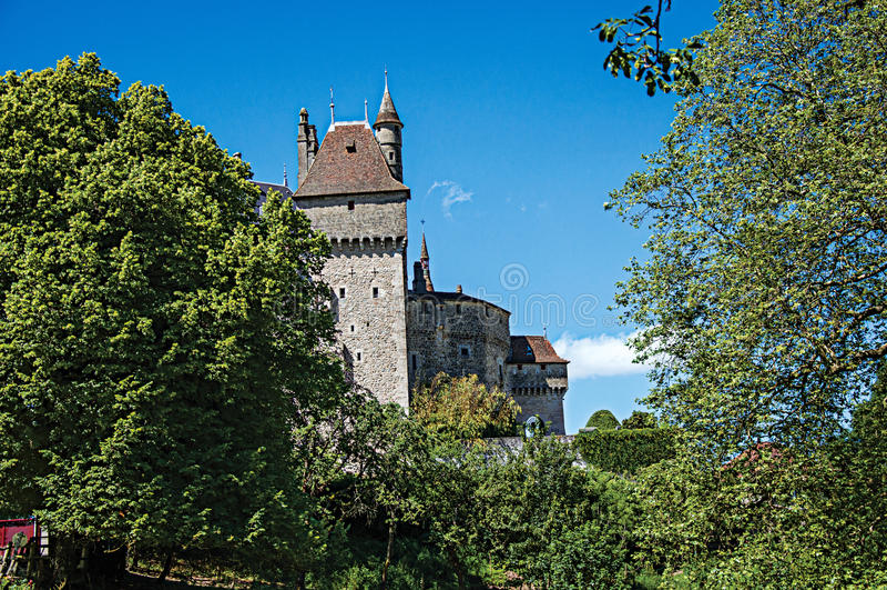 Μερική άποψη του Castle του menthon-Άγιος-Bernard, κοντά στη λίμνη του Annecy στοκ εικόνες