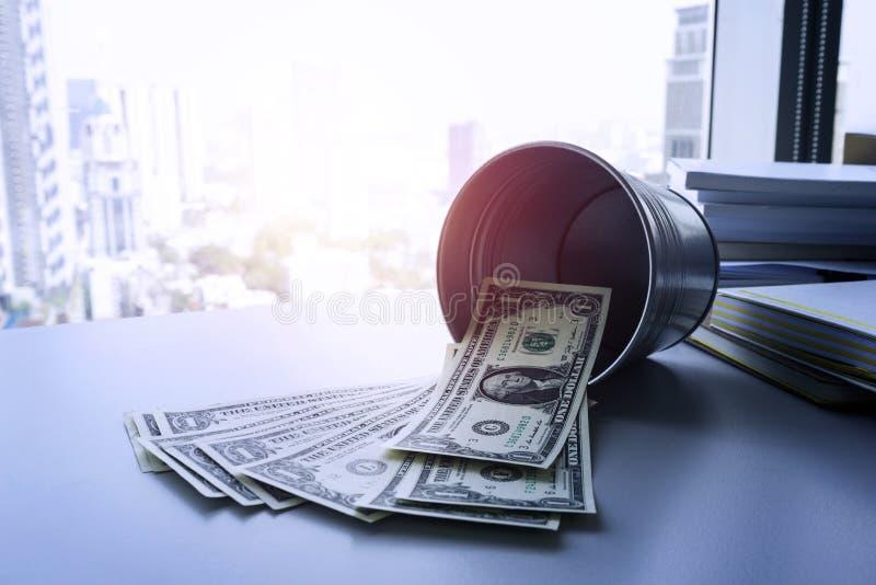 Μερικοί λογαριασμοί δολαρίων χρημάτων με τον κάδο για την έννοια χρημάτων αποταμίευσης στοκ φωτογραφία με δικαίωμα ελεύθερης χρήσης