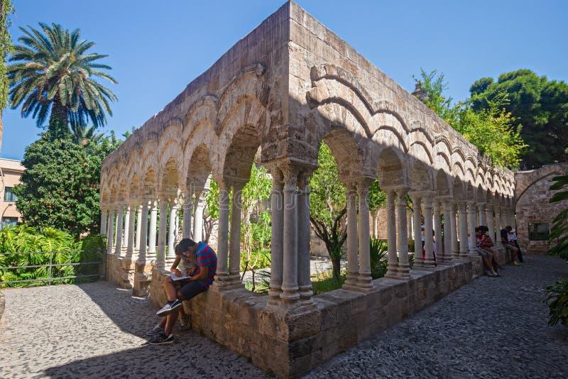 Μερικοί τουρίστες επισκέπτονται το μοναστήρι του μοναστηριού του SAN Giovann στοκ φωτογραφία με δικαίωμα ελεύθερης χρήσης