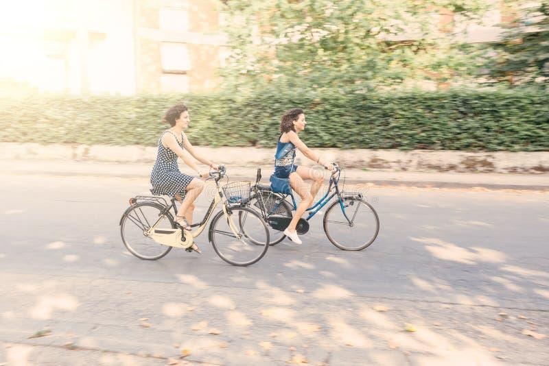 Μερικοί φίλοι με τα ποδήλατα, θαμπάδα κινήσεων στοκ φωτογραφίες με δικαίωμα ελεύθερης χρήσης