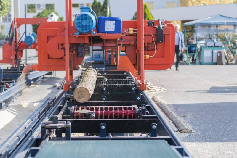 Μερικώς αλεσμένη σύνδεση μια φορητή μηχανή άλεσης ξυλείας στοκ εικόνα