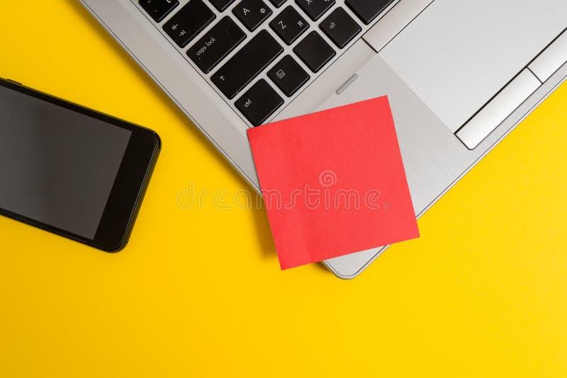 Μερών άποψης καθιερώνον τη μόδα μεταλλικό χρωματισμένο smartphone υπόβαθρο σημειώσεων lap-top κενό κολλώδες Μικρό έγγραφο φύλλων  στοκ φωτογραφία με δικαίωμα ελεύθερης χρήσης