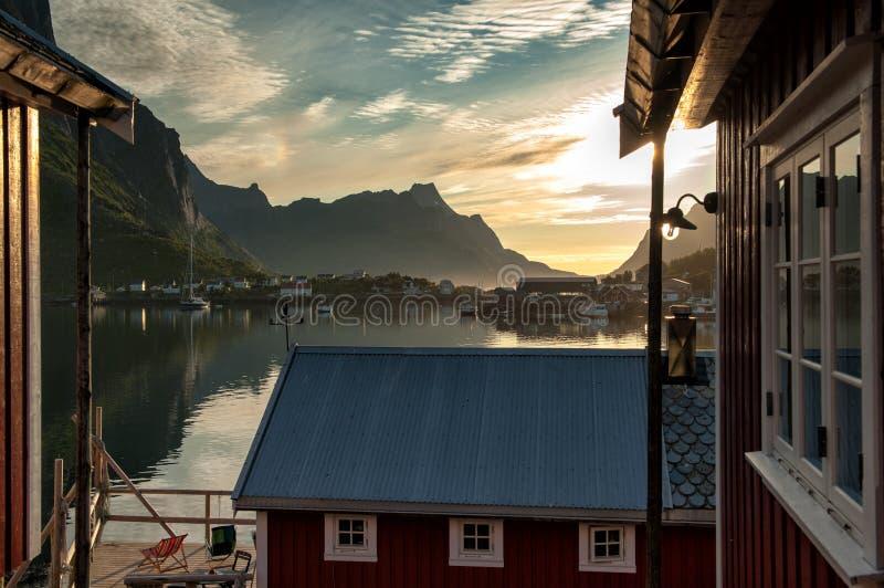 Μεσάνυχτα σε ειδυλλιακό Reine στα νησιά Lofoten στοκ φωτογραφίες