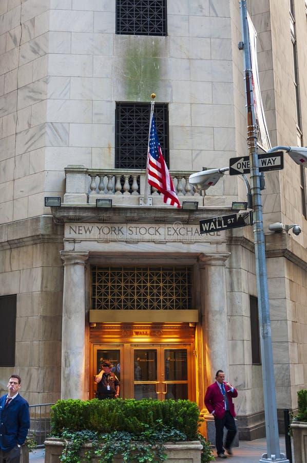 Μεσίτες πατωμάτων που έχουν ένα κενό έξω από το Χρηματιστήριο Αξιών της Νέας Υόρκης πόλη Γουώλ Στρητ, Νέα Υόρκη στοκ εικόνα