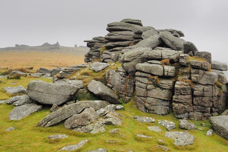 Μεσαίο συρραπτικό που ψάχνει μέχρι το Μέγα Συρραπτικό Δοχείο με ομίχλη να κυλά στην κορυφή, Dartmoor National Park, Devon στοκ φωτογραφίες με δικαίωμα ελεύθερης χρήσης