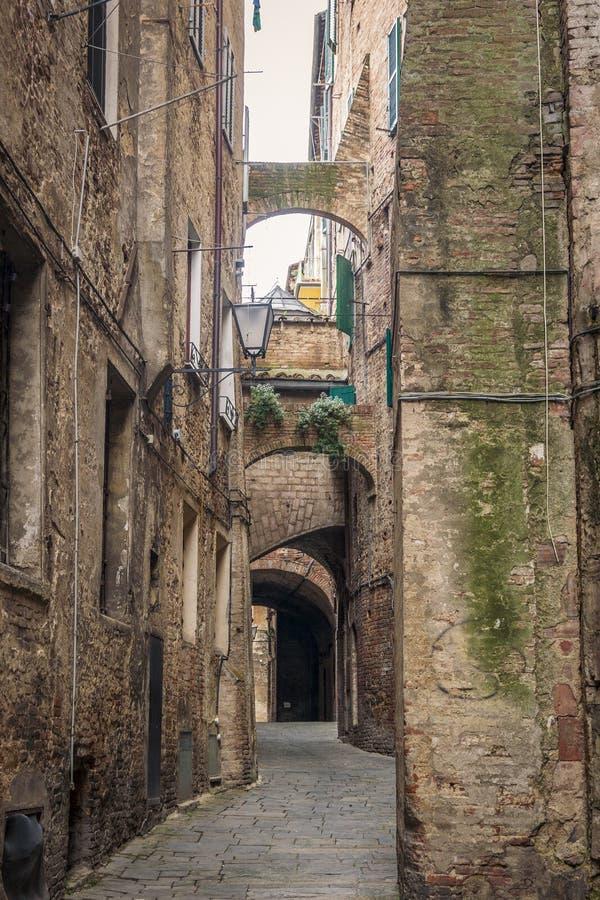 Μεσαιωνικά οδοί και κτήρια της Σιένα, Ιταλία στοκ εικόνες