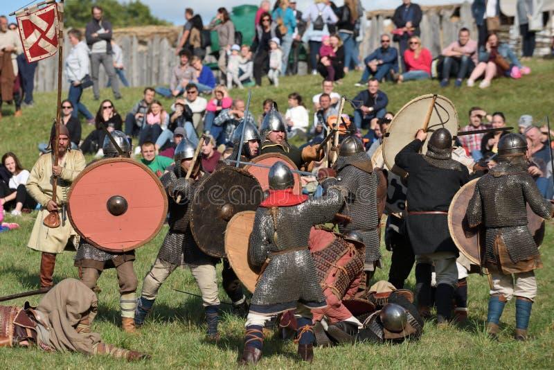 Μεσαιωνικές πάλες στο διεθνές φεστιβάλ της πειραματικής αρχαιολογίας στοκ φωτογραφίες