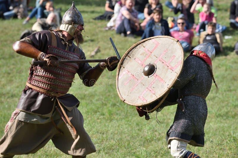 Μεσαιωνικές πάλες στο διεθνές φεστιβάλ της πειραματικής αρχαιολογίας στοκ εικόνα με δικαίωμα ελεύθερης χρήσης