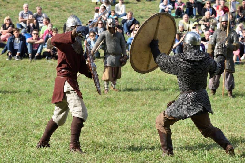 Μεσαιωνικές πάλες στο διεθνές φεστιβάλ της πειραματικής αρχαιολογίας στοκ εικόνα