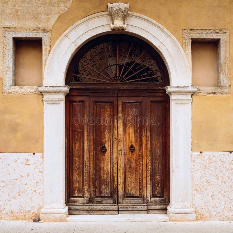 Μεσαιωνική, αρχαία ή ξύλινη πόρτα Μπροστινή όψη, πρόσοψη στοκ φωτογραφίες με δικαίωμα ελεύθερης χρήσης