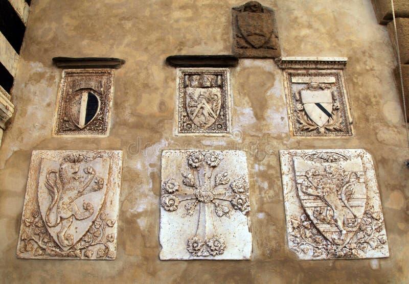 Μεσαιωνική κάλυψη των όπλων στον τοίχο πετρών, Φλωρεντία, Ιταλία στοκ φωτογραφία