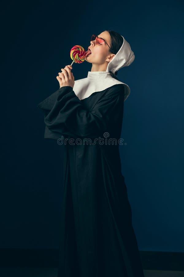 Μεσαιωνική νέα γυναίκα ως καλόγρια στοκ εικόνες