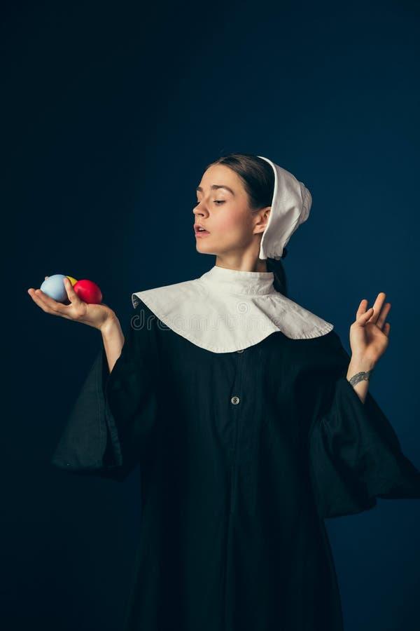 Μεσαιωνική νέα γυναίκα ως καλόγρια στοκ φωτογραφία με δικαίωμα ελεύθερης χρήσης