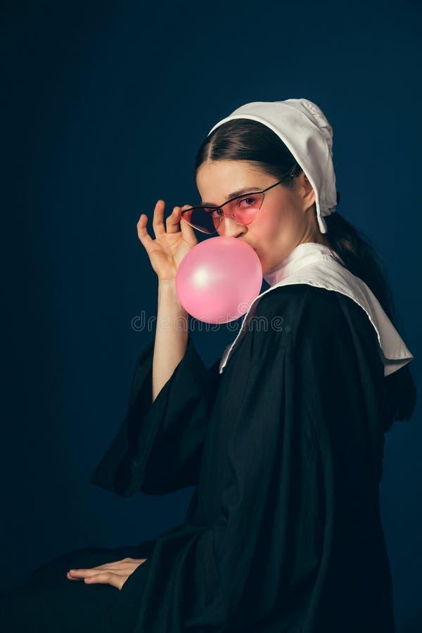 Μεσαιωνική νέα γυναίκα ως καλόγρια στοκ εικόνα