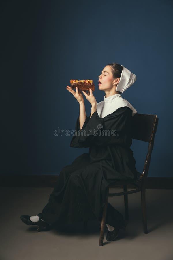 Μεσαιωνική νέα γυναίκα ως καλόγρια στοκ φωτογραφίες