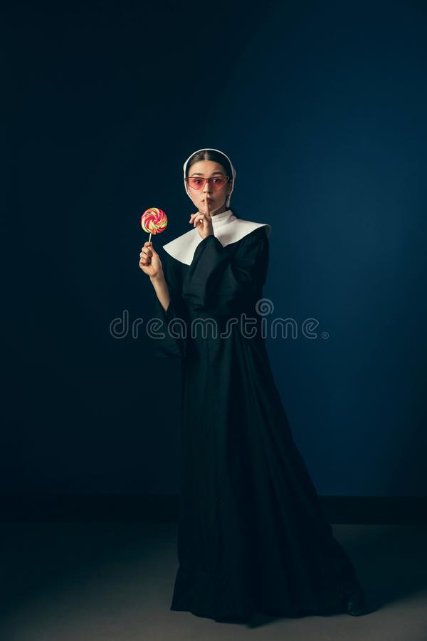Μεσαιωνική νέα γυναίκα ως καλόγρια στοκ εικόνα με δικαίωμα ελεύθερης χρήσης