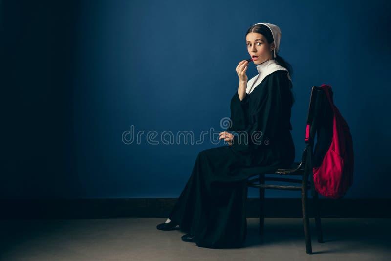 Μεσαιωνική νέα γυναίκα ως καλόγρια στοκ εικόνες με δικαίωμα ελεύθερης χρήσης