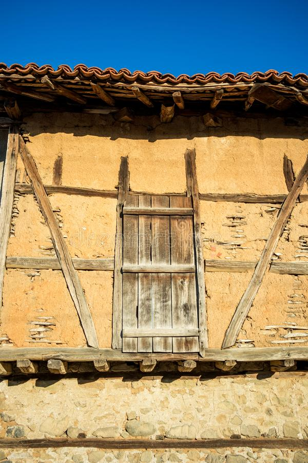 Μεσαιωνική ξύλινη πόρτα της παλαιάς εκλεκτής ποιότητας χωμάτινης σιταποθήκης στοκ εικόνες