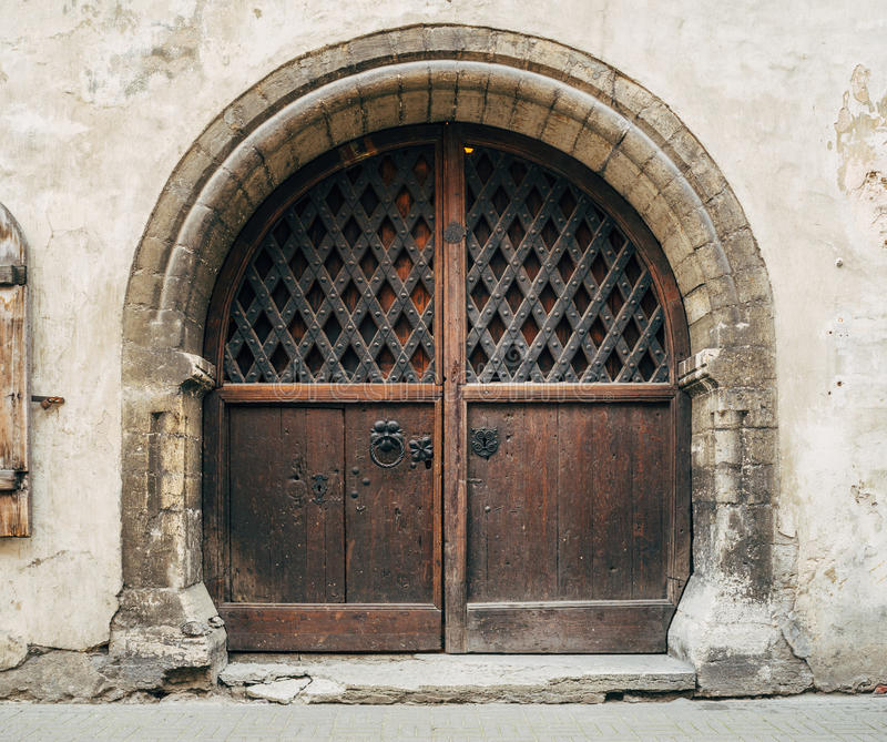 Μεσαιωνική ξύλινη πύλη με την αψίδα πετρών στοκ φωτογραφίες