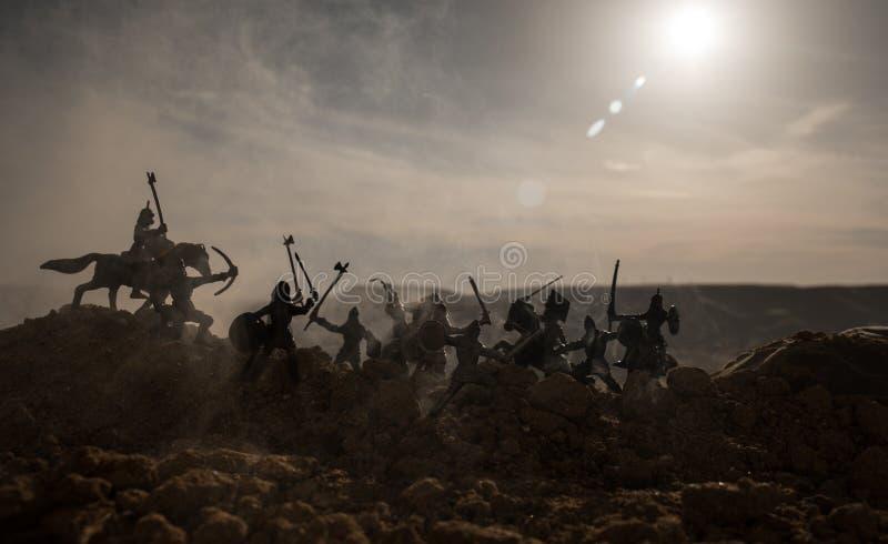 Μεσαιωνική σκηνή μάχης με το ιππικό και το πεζικό Σκιαγραφίες των αριθμών ως χωριστά αντικείμενα, πάλη μεταξύ των πολεμιστών στο  στοκ φωτογραφίες